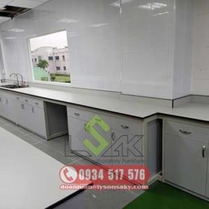 Bàn thí nghiệm áp tường có bồn rửa - Laboratory wall bench with sink